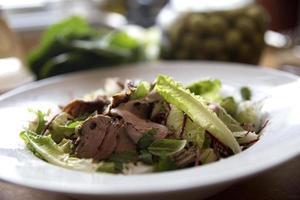 gesunder Schweinebraten-Salat foto