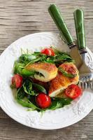Hühnerschnitzel mit einem Salat mit Rucola foto