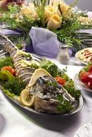 Hecht zubereiteter Fisch und einige Salate verhalten sich foto