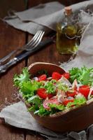 Salat mit Huhn, Tomatenkirsche und Zwiebel foto