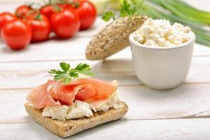 Sandwich mit weißem Hüttenkäse und Schinken foto