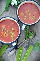rustikale Suppe mit grünen Erbsen