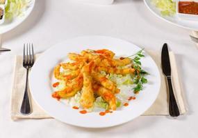 appetitliches Hauptgericht auf Tischutensilien auf der Seite foto
