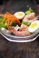 voller Teller Salat mit frischen Garnelen in Riesengröße foto