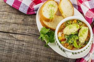 Suppe mit Knödel in einem weißen Teller foto
