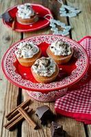 Weihnachtscupcakes mit Schlagsahne und Schokolade foto