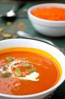 vegetarische Kürbis-Linsen-Cremesuppe mit Pepo-Samen foto