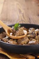 Rindfleischeintopf - hölzerner Hintergrund foto
