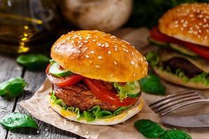 vegetarischer Burger mit gegrilltem Champignon foto