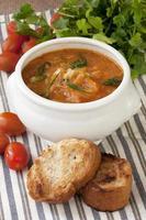 Sauerkrautsuppe in Keramikschale auf Holztisch foto