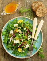 Salat mit Orangen, Rucola, Walnüssen und Blauschimmelkäse.