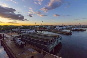 Werft am Curtis Creek in Baltimore, MD bei Sonnenuntergang