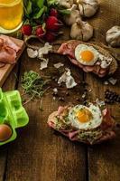 geräuchertes Schinkensandwich, rustikales Brot foto