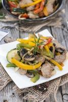 Portion Gemüse mit Hühnchen foto
