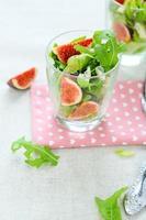 Salat mit frischen Feigen und Käse foto