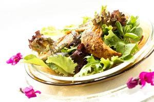 Brathähnchen mit Blattsalat