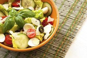 frischer Salat in der Schüssel. gesundes Essen. foto