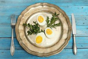 Tischdekoration mit gekochten Eiern, Osterzeit. foto