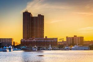 Sonnenuntergang über dem inneren Hafen in Baltimore, Maryland.