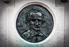 Edgar Allan Poe Ähnlichkeit auf seinem Grabstein foto