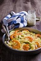 Couscous mit Gemüse und Garnelen foto