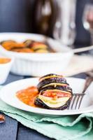 Gemüse Ratatouille auf einem Teller mit Sauce ,, Gabel foto