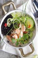 Schwarz-Weiß-Risotto mit Garnelen und Zucchini foto