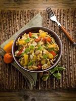 Nudeln mit Paprika-Zucchini und Mandelscheiben foto