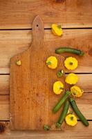Baby Zucchini und Pastetchenkürbis auf Holzbrett geschnitten. foto