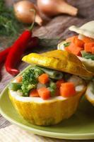 runde Buschkürbisse mit Gemüse vertikal gebacken