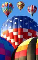 bunte Heißluftballons starten foto