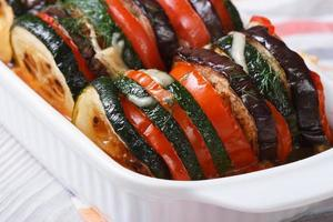 Auberginen, Zucchini und Tomaten gebacken. horizontal foto
