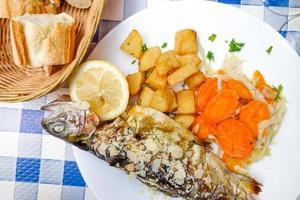 Gegrillte Meeresfrüchte und Gemüse foto