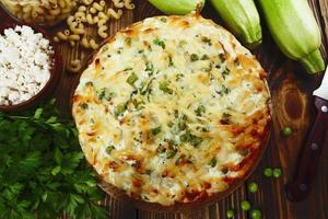 Auflauf mit Nudeln mit grünen Erbsen, Zucchini und Quark foto