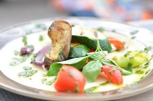 Gegrilltes Gemüse auf einem Teller foto