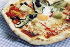 Nahaufnahme einer gemischten Gemüse-Ei-Pizza foto