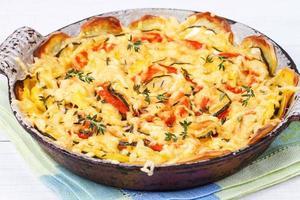 gebackene Tomaten, Zucchini und Kartoffeln mit Thymian und Parmesan foto