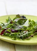 Mischung von Salat auf einem hölzernen Hintergrund foto