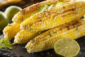 köstlicher gegrillter mexikanischer Mais foto