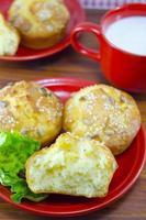 Maisbrot serviert mit Joghurt und grünem Salat foto
