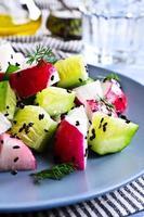 Salat aus Radieschen und Gurke foto