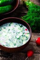 Okroshka, traditionelle russische kalte Suppe foto