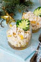 Salat mit Eierbrötchen, Huhn, Mais und Gurke