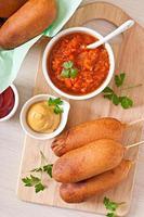 hausgemachte Corn Dogs mit Saucen foto