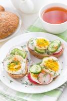 Brötchen mit gekochtem Ei und Gemüse, vertikal foto