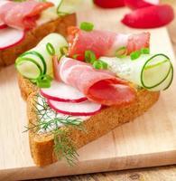Sandwich mit Schinken, Gurke und Radieschen foto