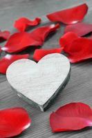 Herz mit roten Rosenblättern.