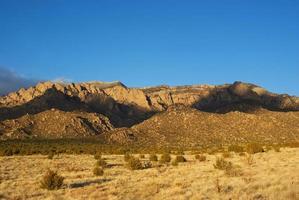 Sonnenuntergang der südwestlichen Wüstengebirgslandschaft foto