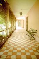 Außenkorridor in einer spanischen Hacienda in Ecuador foto