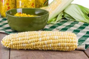 Schüssel mit frischem Mais Relish mit Mais foto
